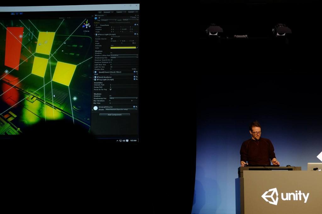Bir Unity çalışanı, bir sahneye renkli ışıklı tasarım üzerine çalışıyor